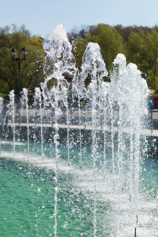 El agua de la fuente de la cascada salpica en parque puplic imagenes de archivo