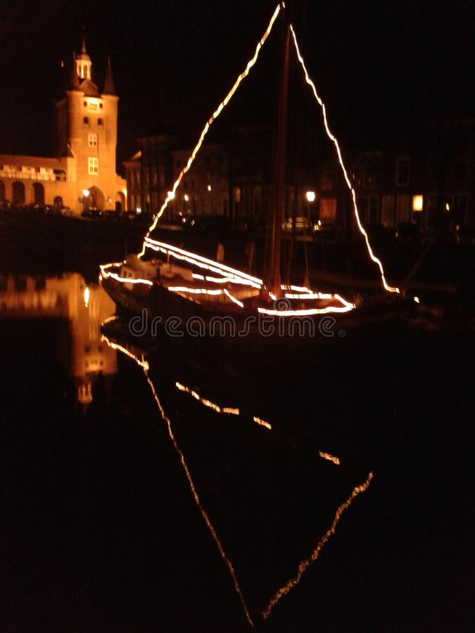 El agua de la noche de la luz de la vela de la Navidad refleja fotos de archivo