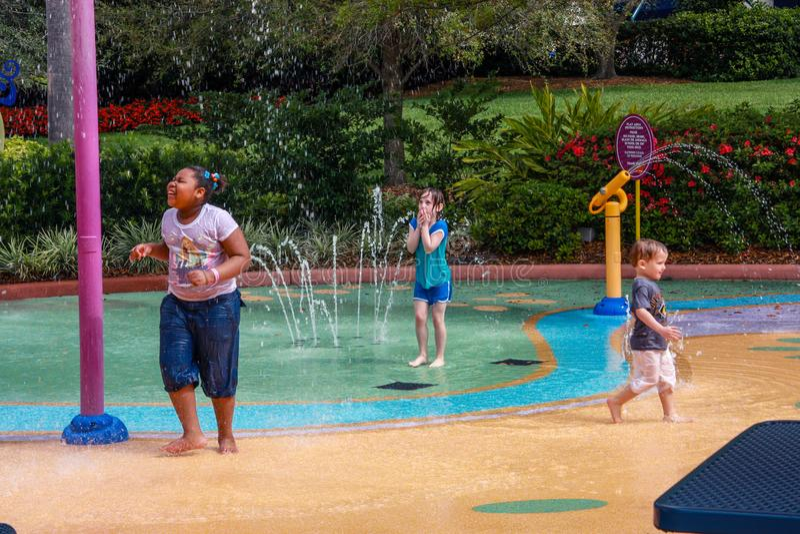 El agua de los niños asperja el patio del entretenimiento en mundo del mar del parque de la aventura imagen de archivo libre de regalías