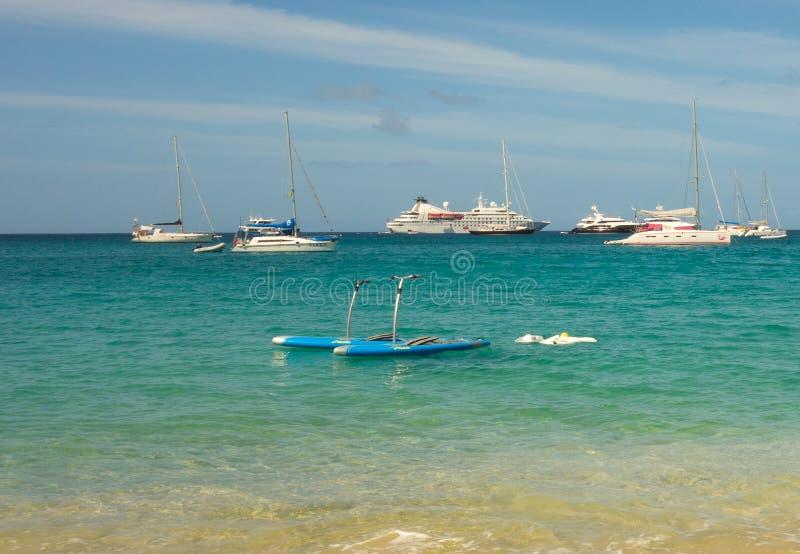 El agua de lujo del yate juega en una playa más baja de la bahía, Bequia foto de archivo libre de regalías