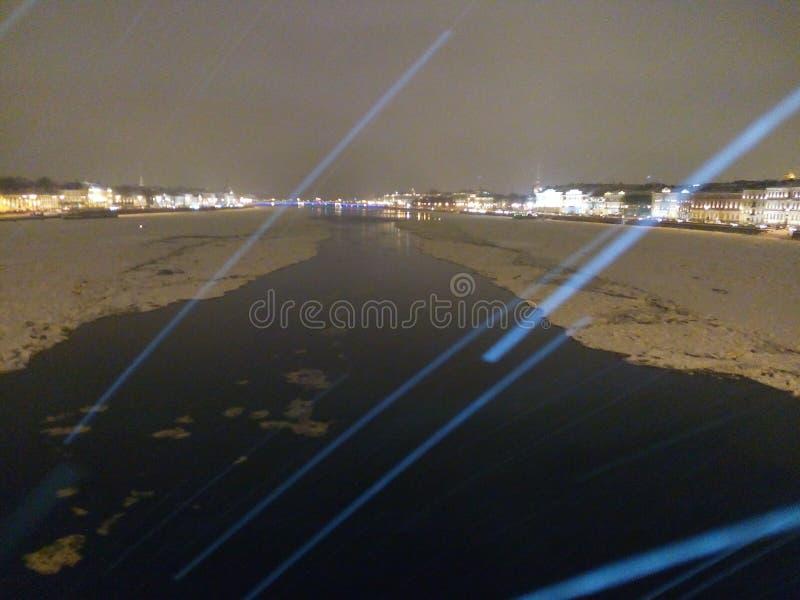 El agua de río de Neva pone el perfil ligero partido los derretimientos del hombre de la nieve imagenes de archivo