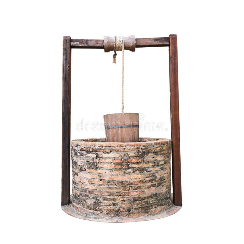El agua del chino tradicional bien con la polea y el cubo aisló o fotos de archivo libres de regalías