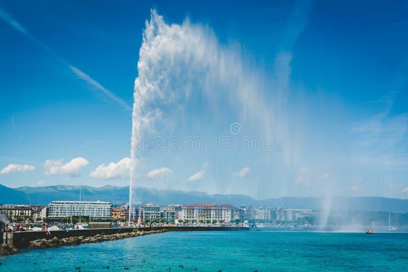 El agua del ` del jet d en el lago Leman fotos de archivo