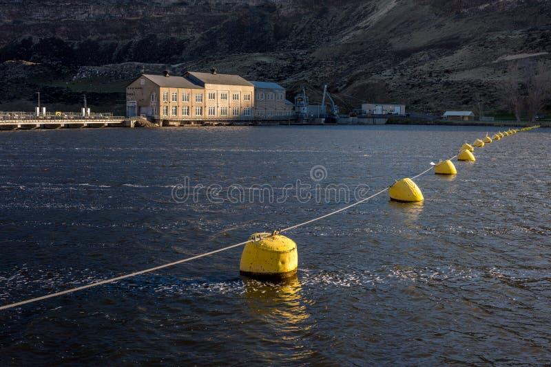 El agua detrás del cisne cae presa Idaho fotos de archivo