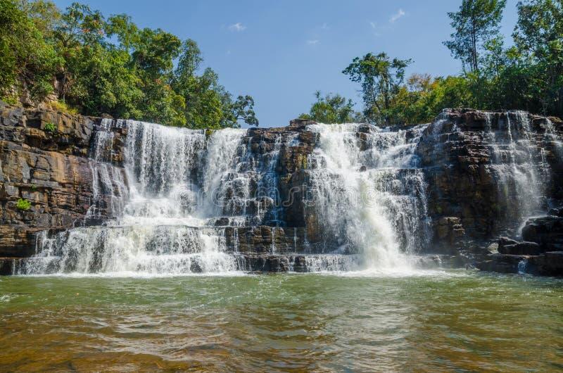 El agua hermosa de Sala cae cerca de Labe con los árboles, la piscina verde y mucha corriente, Guinea Conakry, África occidental foto de archivo libre de regalías