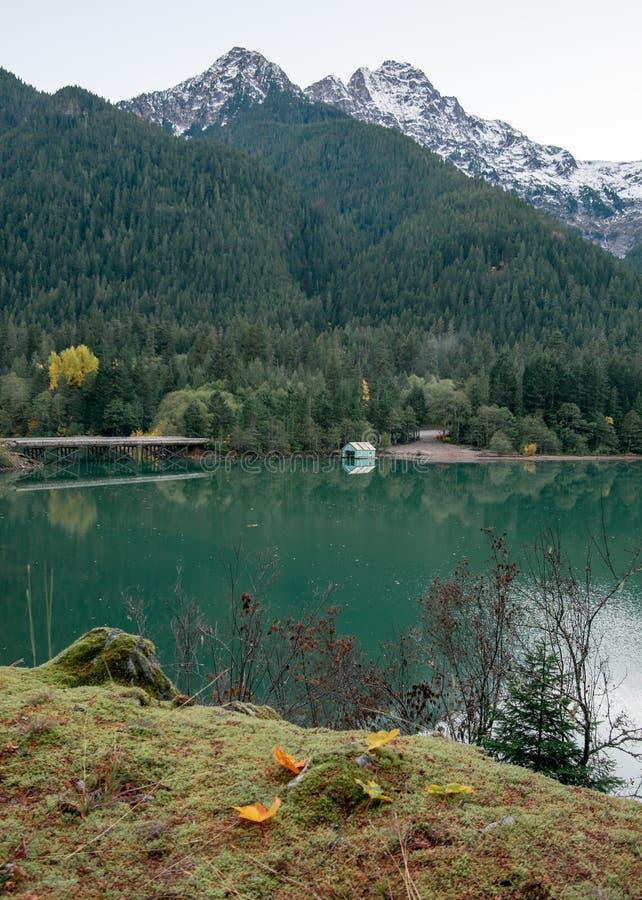 El agua inmóvil de una madrugada en Diablo Lake foto de archivo libre de regalías