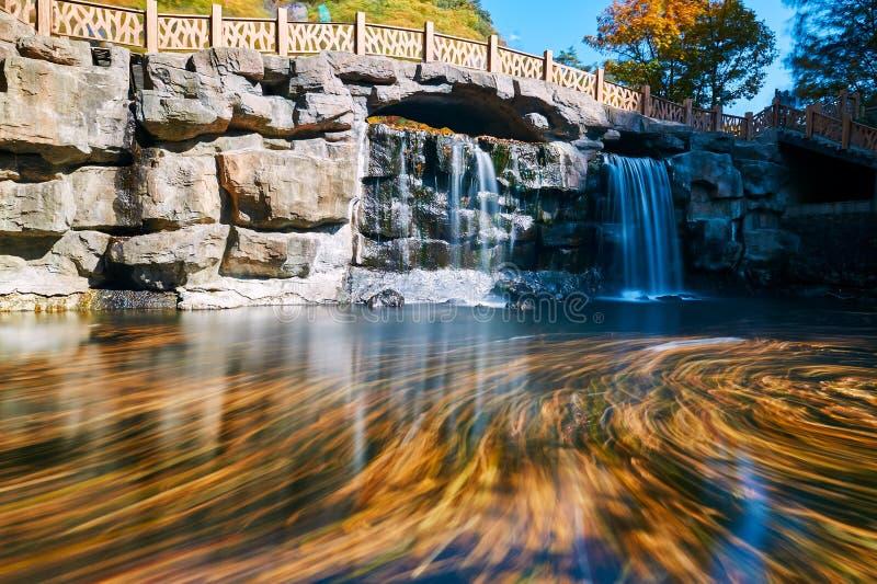 El agua y las cascadas hermosas imagen de archivo