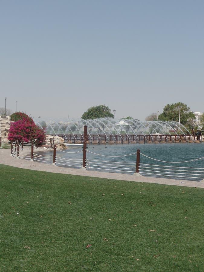 El agua y las fuentes adentro aspiran parque, Doha, Qatar fotografía de archivo