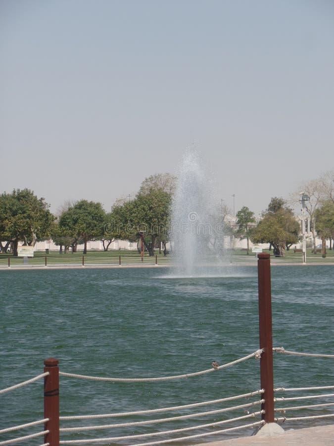 El agua y las fuentes adentro aspiran parque, Doha, Qatar imagen de archivo