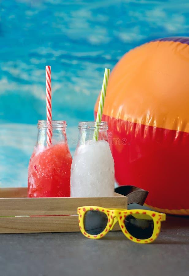 El aguanieve congelado bebe en sabores de la fresa y de la limonada fotos de archivo libres de regalías