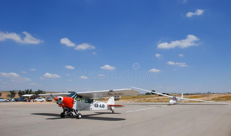El aiplane estupendo del gaitero PA-18-150 Cub en el aeropuerto de Sde-Teyman fotos de archivo