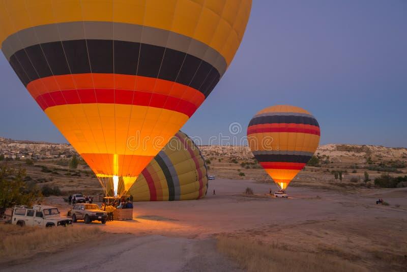 El aire caliente colorido hincha la inflación antes del vuelo fotos de archivo