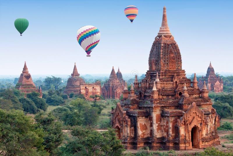 El aire caliente colorido hincha volar sobre Bagan, Myanmar fotos de archivo