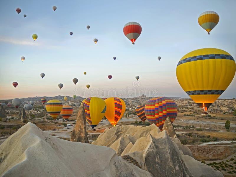 El aire caliente colorido hincha volar sobre el valle en Cappadocia imagen de archivo libre de regalías