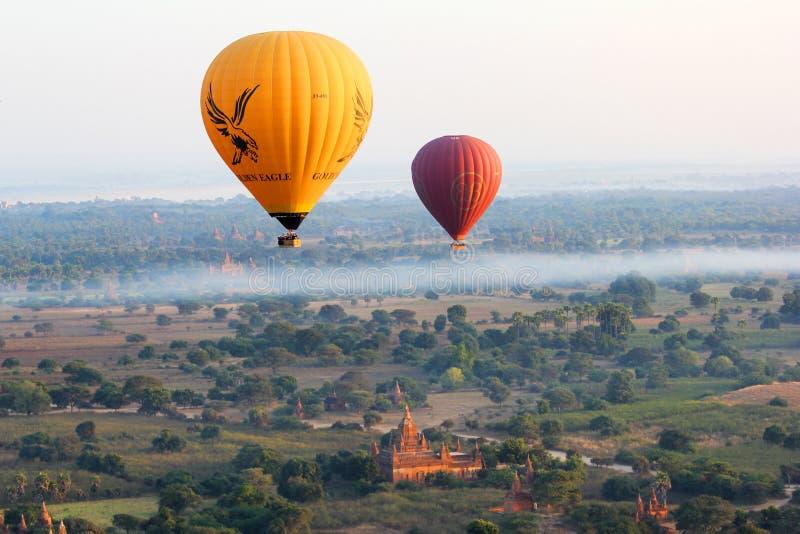 El aire caliente hincha volar sobre el llano de Bagan, Myanmar fotografía de archivo libre de regalías