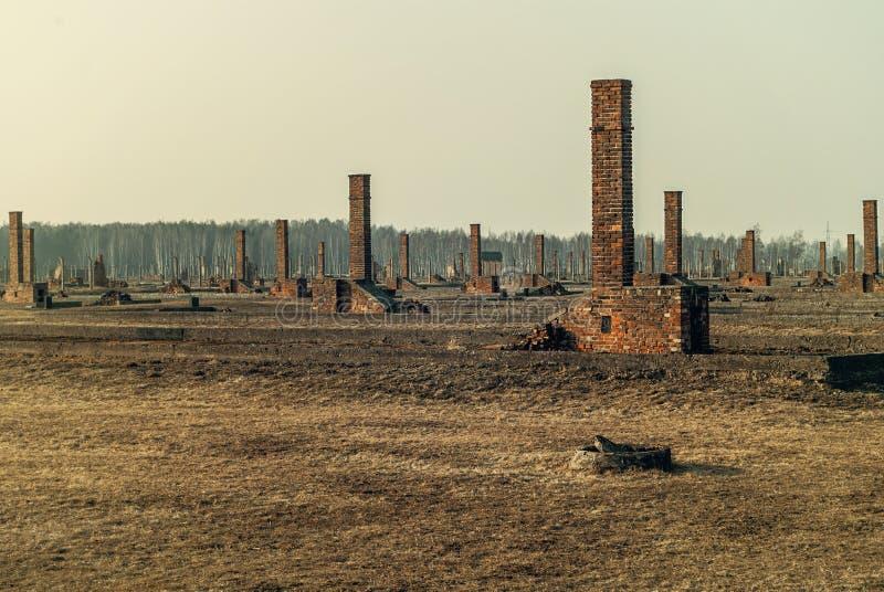 El aire libre, ruinas y cerca del alambre de púas del Auschwitz infame II-Birkenau, un campo nazi anterior de la exterminación y  fotografía de archivo