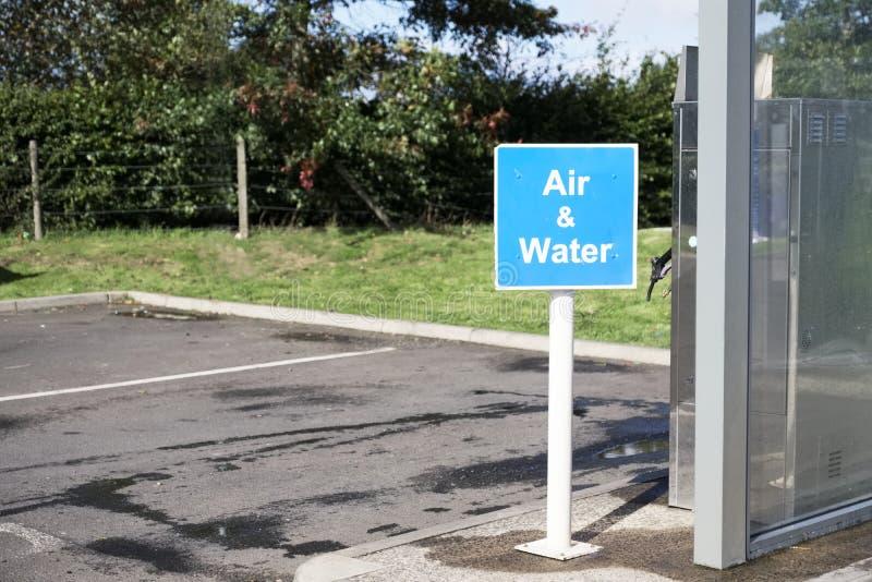 El aire y el agua firman en la gasolinera para lavar el coche y para inflar los neumáticos del coche fotos de archivo libres de regalías