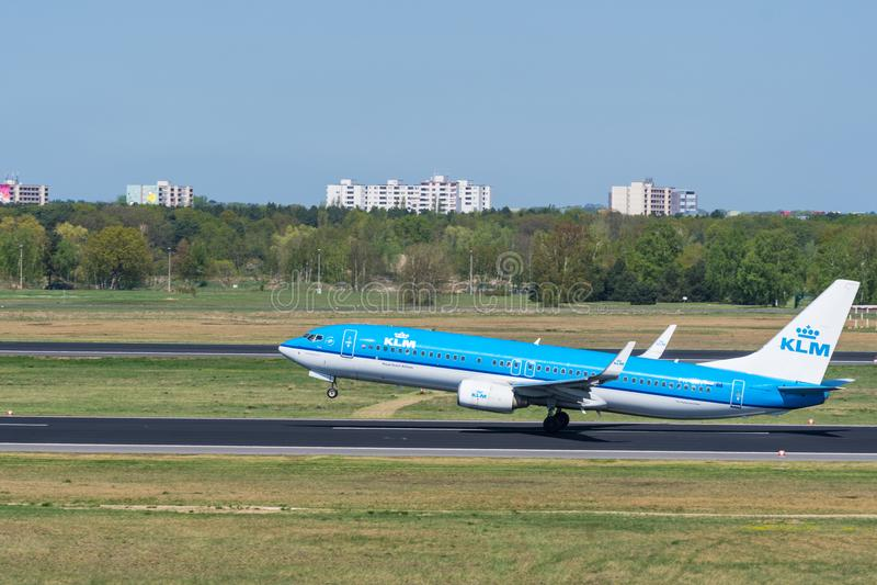 El airlane de KLM Boeing 737-800 saca en el aeropuerto de Berlin Tegel fotos de archivo