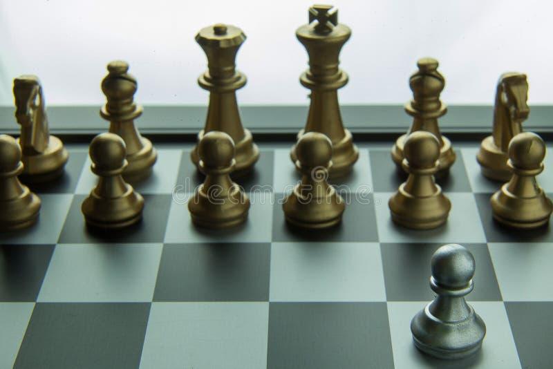 El ajedrez del oro y de la plata a bordo cierre encima de la imagen resume Backgroun fotografía de archivo libre de regalías