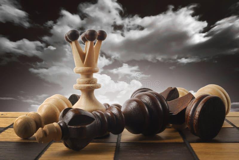 El ajedrez la reina gana la victoria sobre el juego foto de archivo
