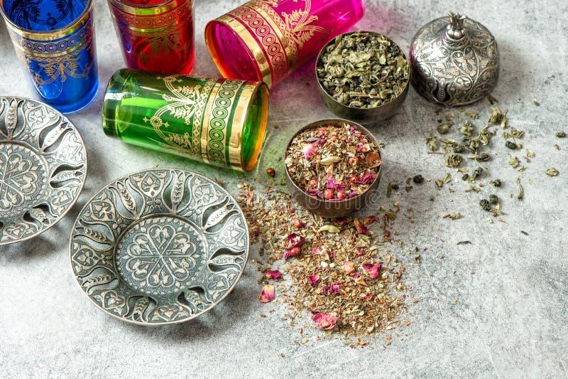 El ajuste oriental de la tabla de té sirve hospitalidad de los vidrios imagen de archivo libre de regalías