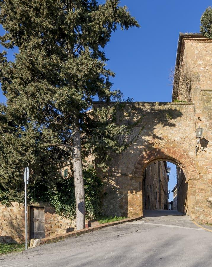 El al Ciglio de Porta y las paredes de la ciudad antigua de Pienza, Siena, Toscana, Italia fotografía de archivo