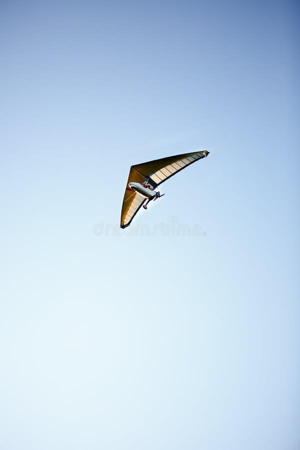 El ala delta está volando contra el cielo azul fotos de archivo libres de regalías