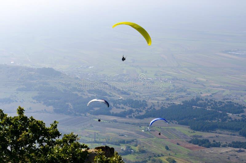 El ala flexible tres vuela el ala flexible sobre los tops de las montañas fotografía de archivo libre de regalías