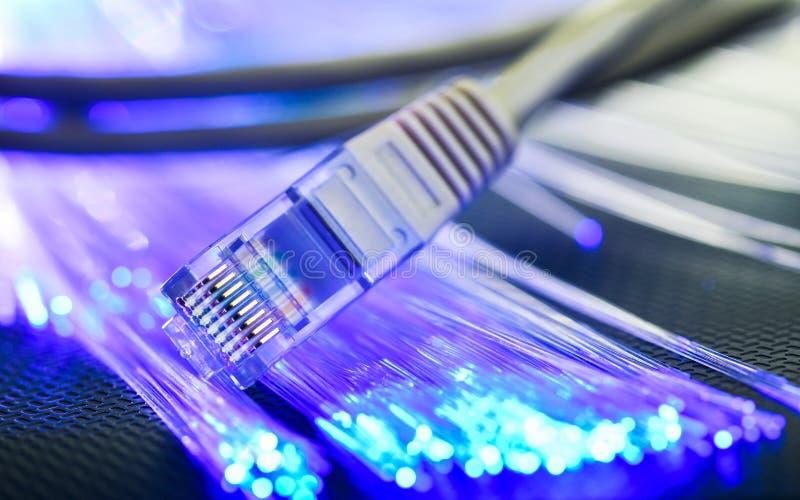 El alambre local miente en una superficie acanalada con illumina azulverde foto de archivo libre de regalías