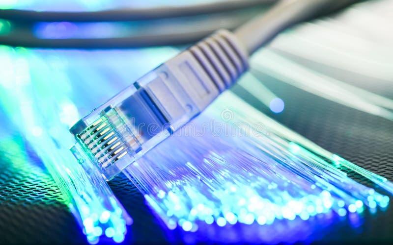 El alambre local miente en una superficie acanalada con illumina azulverde imagenes de archivo