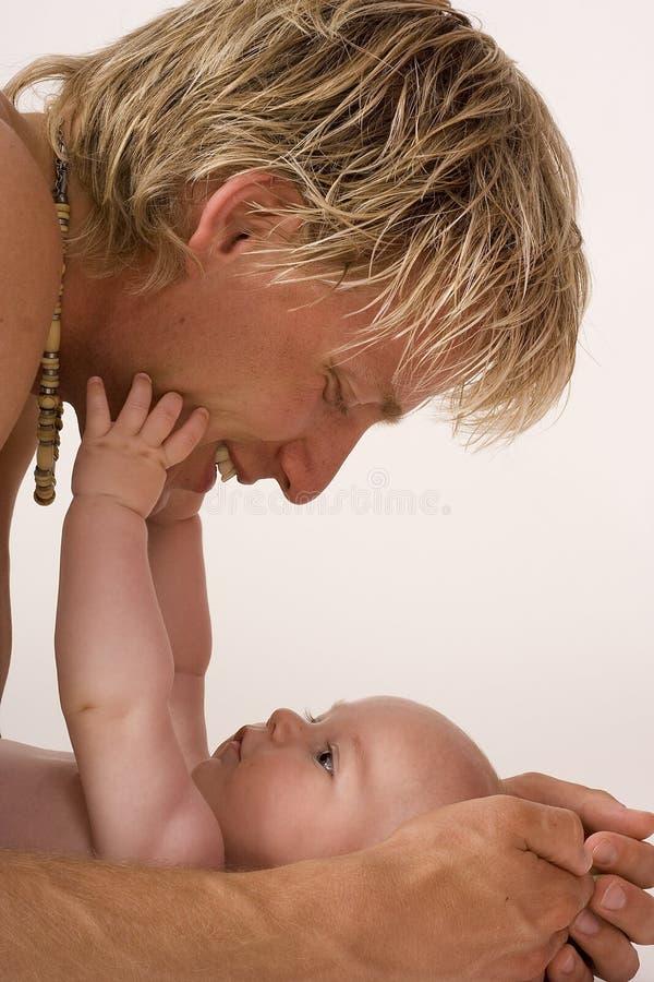 El alcanzar del bebé imagenes de archivo
