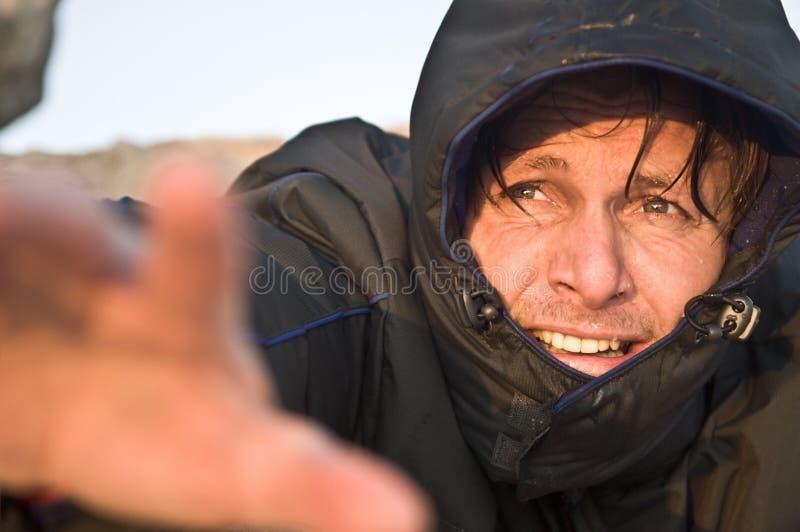El alcanzar masculino del escalador imagenes de archivo
