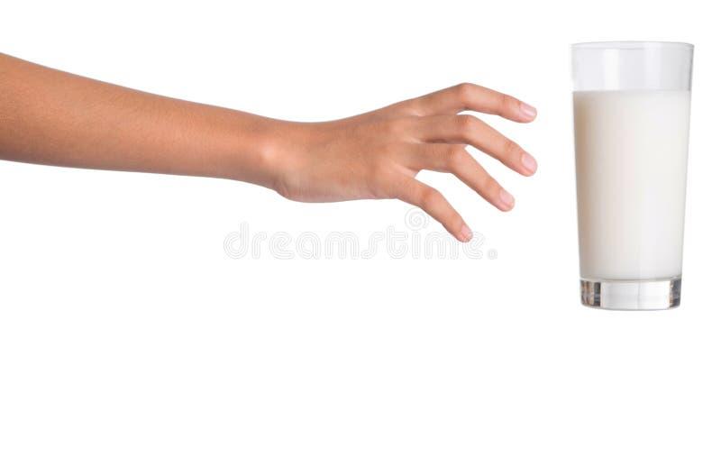 El alcanzar para un vidrio de la leche I foto de archivo