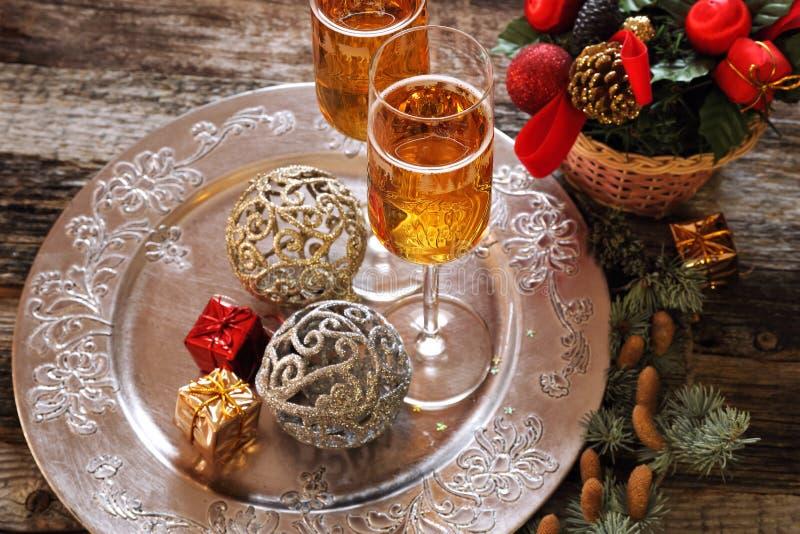 El alcohol del Año Nuevo: dos vidrios de champán y de decoros de la Navidad fotos de archivo