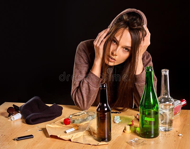 El alcoholismo de la mujer es problema social Salud de consumición femenina de los pobres de la causa fotografía de archivo libre de regalías