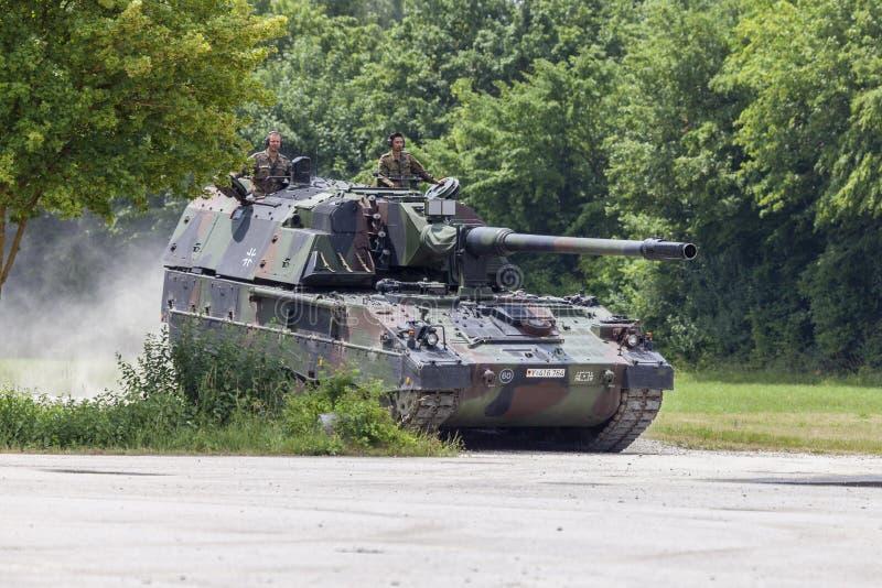 El alemán Panzerhaubitze 2000, el tanque de la artillería conduce en un camino foto de archivo
