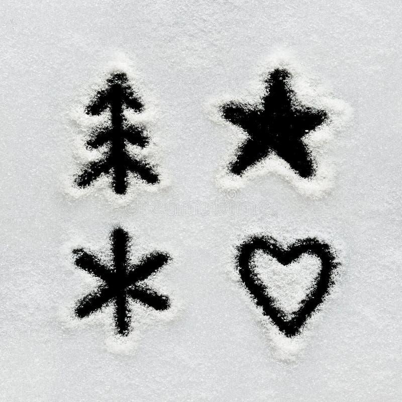 El alfabeto, los símbolos y los números del invierno dan escrito en nieve imagenes de archivo