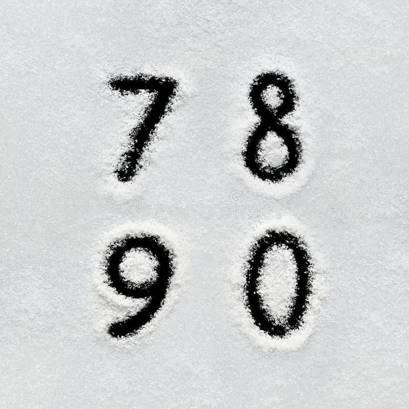 El alfabeto, los símbolos y los números del invierno dan escrito en nieve fotografía de archivo libre de regalías