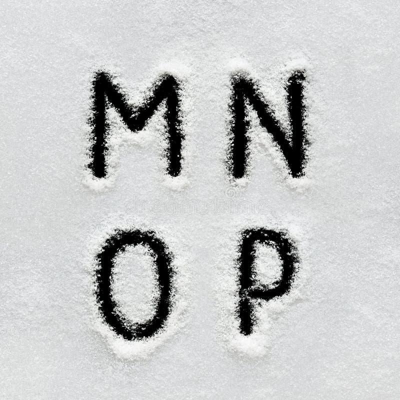 El alfabeto, los símbolos y los números del invierno dan escrito en nieve fotos de archivo