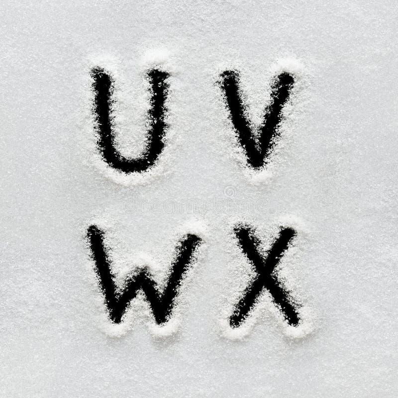El alfabeto, los símbolos y los números del invierno dan escrito en nieve fotos de archivo libres de regalías