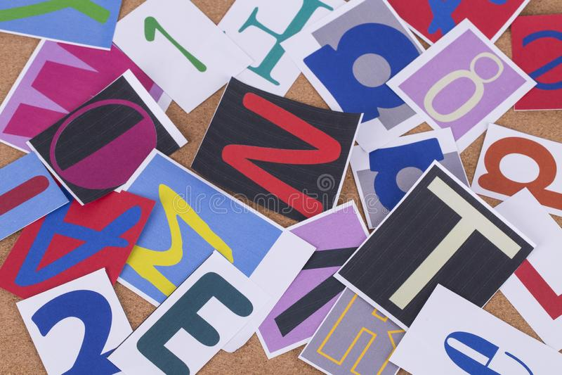 El alfabeto redacta colorido en fondo del tablero del corcho imagen de archivo libre de regalías