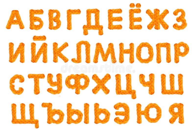 El alfabeto ruso hizo a ganchillo letras en el fondo blanco con fotos de archivo