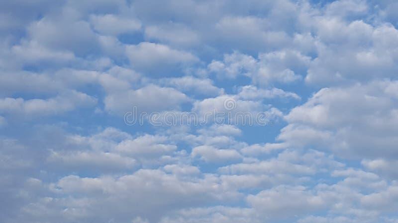 El algodón mullido le gustan las nubes imagenes de archivo