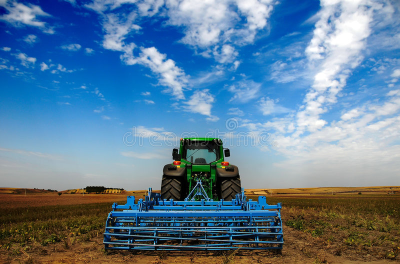 El alimentador - equipo de granja moderno imagenes de archivo