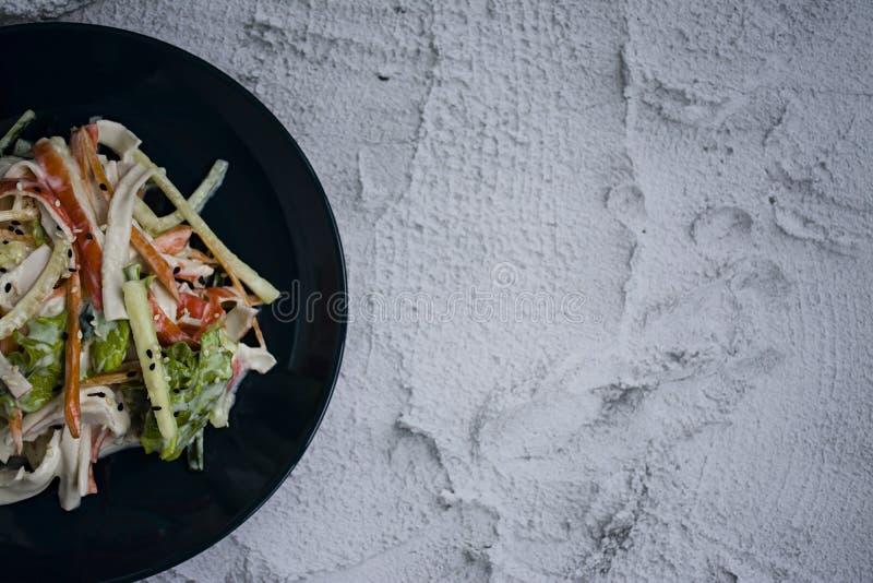 El alimento diet?tico, ensalada de las verduras frescas con la imitaci?n del palillo del cangrejo, sazon? con la salsa de soja y  fotos de archivo libres de regalías