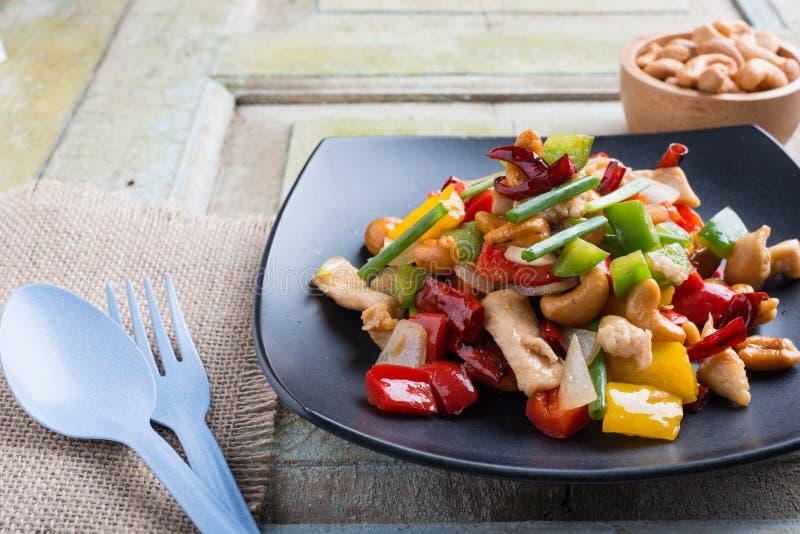 El alimento tailandés, stir encendió el pollo con los anacardos foto de archivo