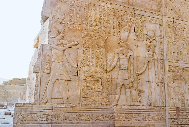 El alivio con Horus en el templo de Kom Ombo imágenes de archivo libres de regalías