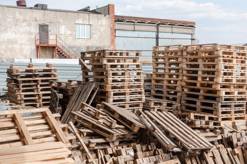 El almacén de una plataforma de envío de madera vieja fotos de archivo