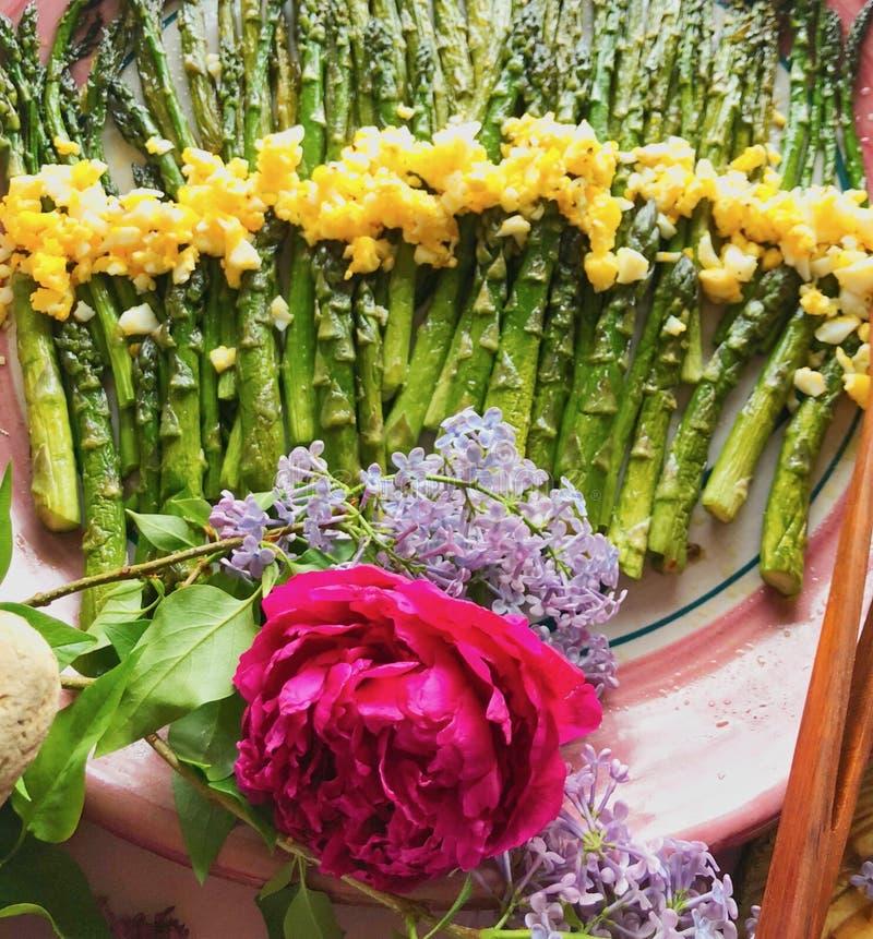El almuerzo de la primavera cultiva el espárrago fresco fotos de archivo