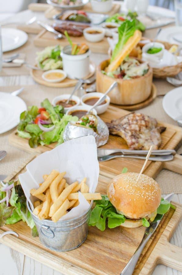 El almuerzo fijó con la hamburguesa con carne de vaca y queso jugosos imagen de archivo libre de regalías